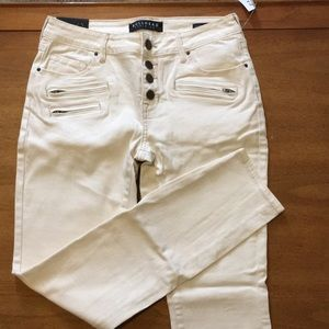 Bullhead white skinny jeans. NWT